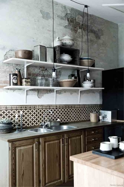 lifestyle image of the Beija Vinyl Splashback Roll - Sofi Antique in kitchen with wooden cabinets and white shelves above filled with kitchen accessories