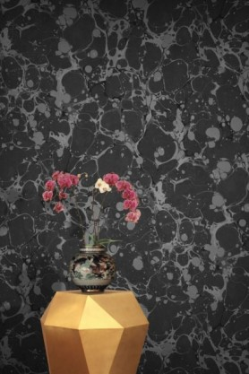 lifestyle image of Feathr Neural Wallpaper - Onyx with gold side table and vase with red flowers in