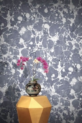 lifestyle image of Feathr Neural Wallpaper - Slate with gold side table and vase with pink flowers in