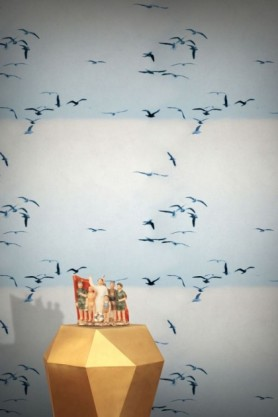 lifestyle image of Feathr Portuguese Seagulls Wallpaper - Ice with gold side table with family at beach ornament