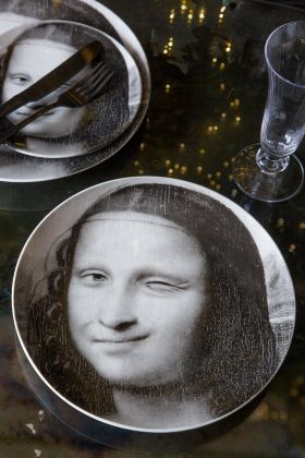 Lifestyle image of the Set Of 2 Winking Mona Lisa Dinner Plates