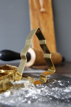 Image of the christmas tree cookie cutter standing up