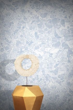 lifestyle image of feathr la cueillette wallpaper - ink with gold side table and round table lamp on top